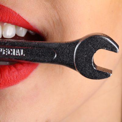 kvinde bider om værktøj