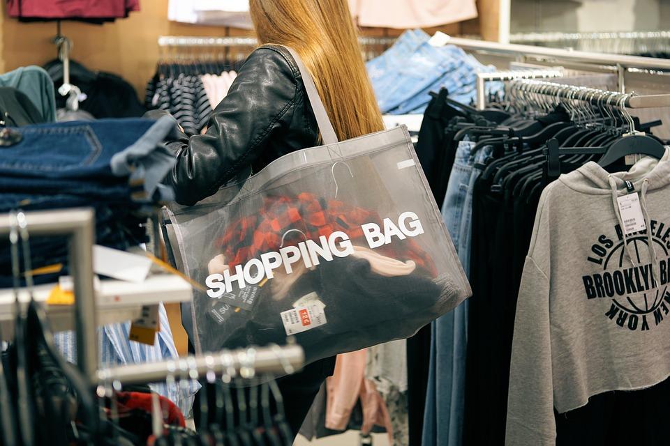 kvinde på shopping med net