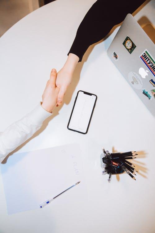 Smartphone og håndtryk